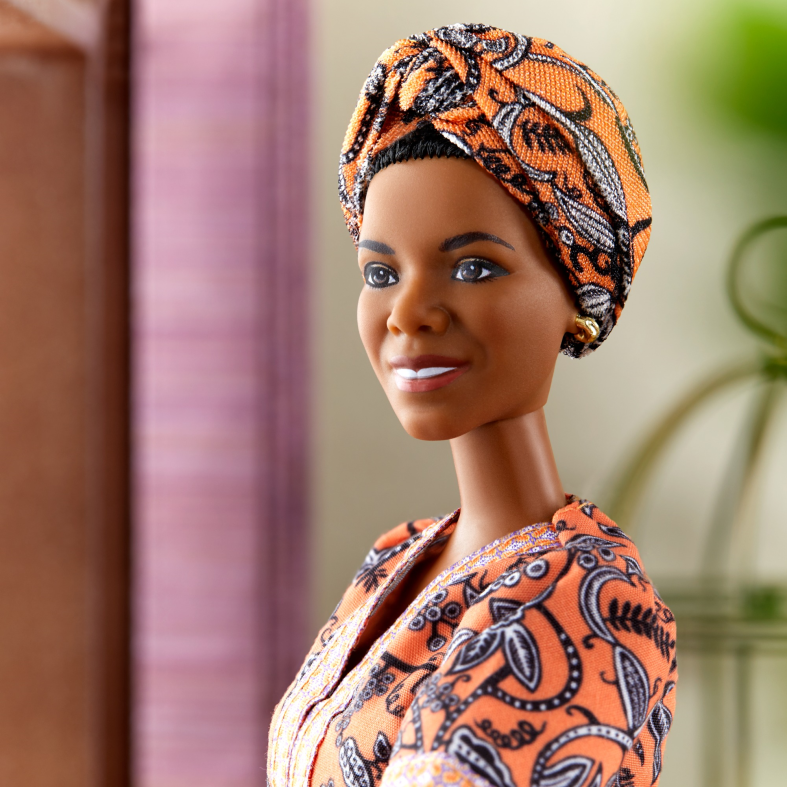 Barbie -inspiring women bambola ispirata a maya angelou, da collezione con piedistallo e certificato di autenticità, 6+ anni - Barbie