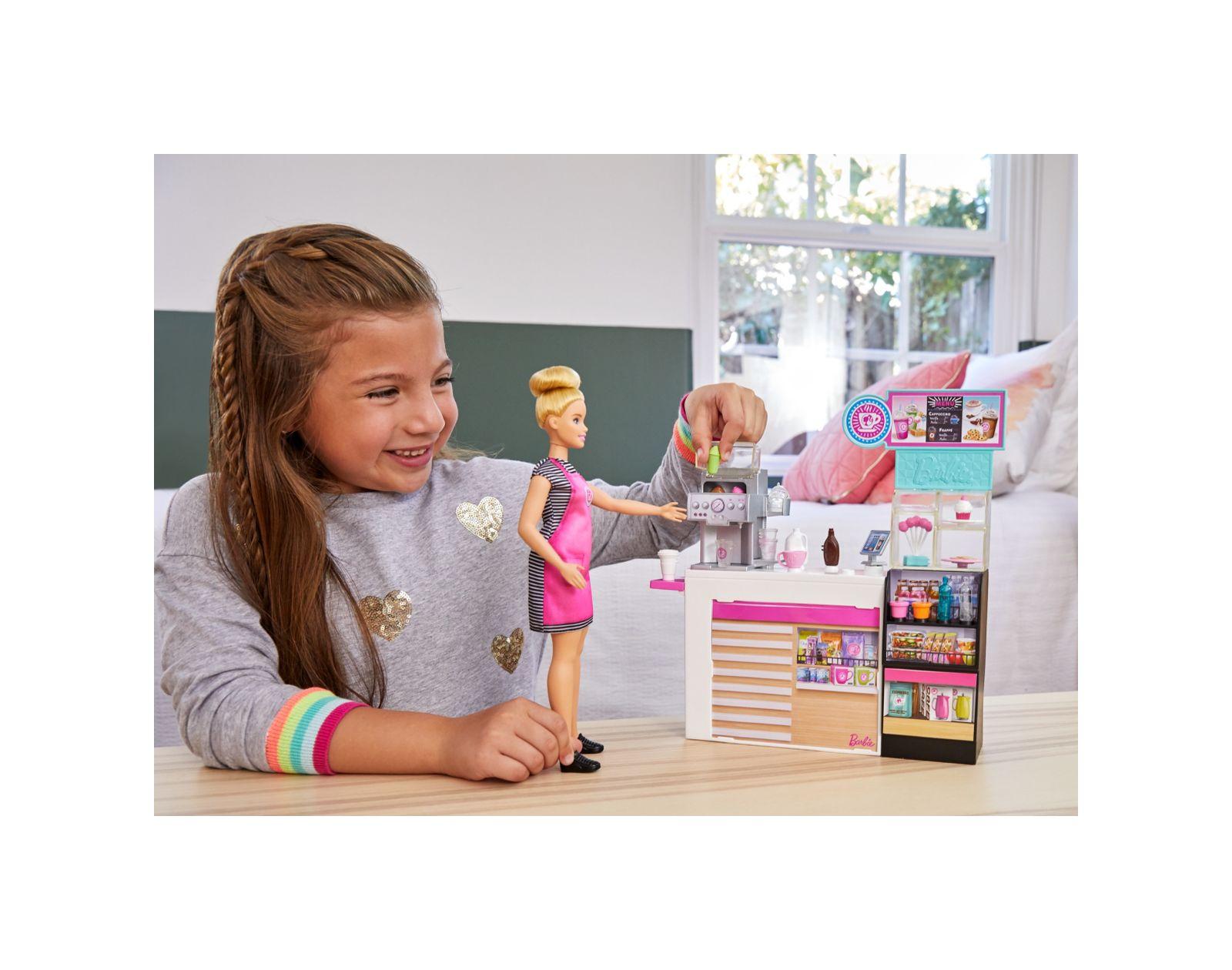 Barbie- playset la caffetteria, con bambola curvy bionda, macchina per caffè, bancone e oltre 20 accessori, 3+anni - Barbie