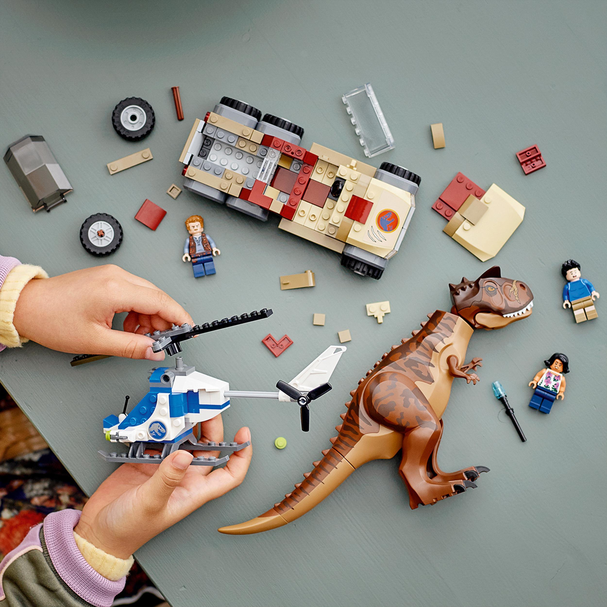 Lego jurassic world l'inseguimento del dinosauro carnotaurus con elicottero e camioncino, giocattoli per bambini dai 7 anni in su, 76941 - Lego