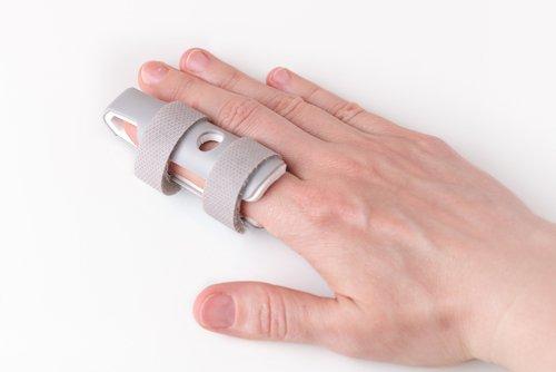 hand with finger splint