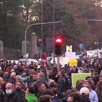 """No Green Pass, in migliaia a Milano: """"Trieste chiama noi rispondiamo"""". E il traffico va in tilt"""