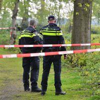 Duikers zoeken in meertje na vondst dode baby in Wernhout