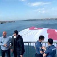 15 Temmuz Şehitler Köprüsü'ne '128 milyar dolar nerede?' pankartı asıldı