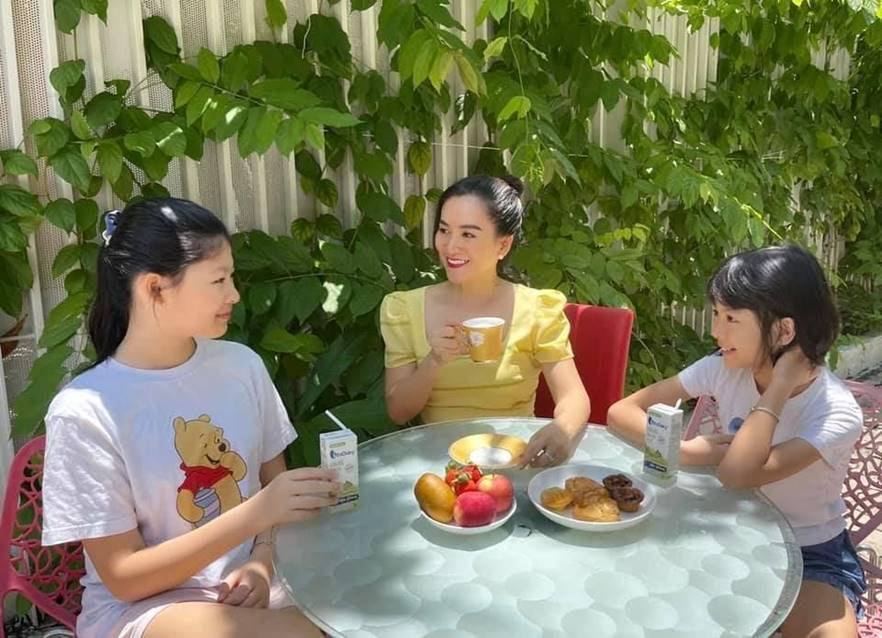 Bà xã Bình Minh cho hai con uống sữa non tươi vì hương vị thơm ngon, thuần khiết và giúp tăng cường miễn dịch.