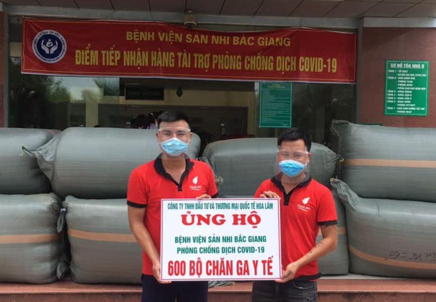 Đại diện Thế giới vải Hoa Lâm trao tặng 600 bộ chăn ga y tế cho Bệnh viện Sản nhi Bắc Giang.