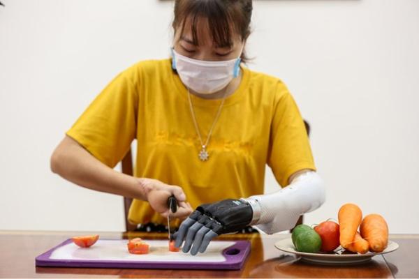 Cụ thể, hãng sản xuất ra bộ gồm 13 phụ kiện đi kèm, bổ sung vào các vật dụng có sẵn để biến chúng trở nên dễ sử dụng hơn với người khuyết tật.