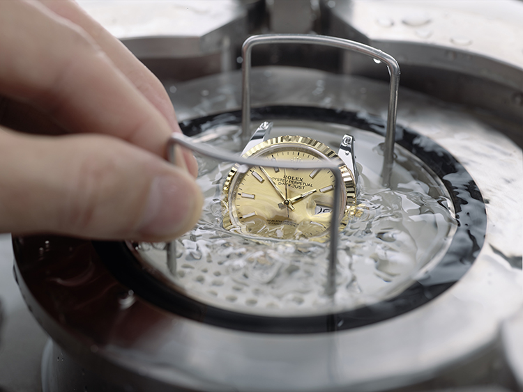 Bài kiểm tra về khả năng chống nước của chiếc đồng hồ Rolex.