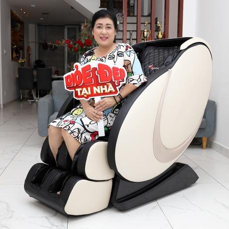 Diễn viên Thanh Thủy vui vẻ khi được trải nghiệm ghế massage của Elipsport.