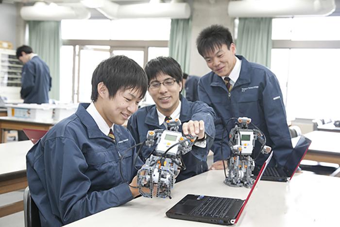 Các kỹ sư công nghệ thông tin của Nhật trong một phòng nghiên cứu số hóa Robot văn phòng.