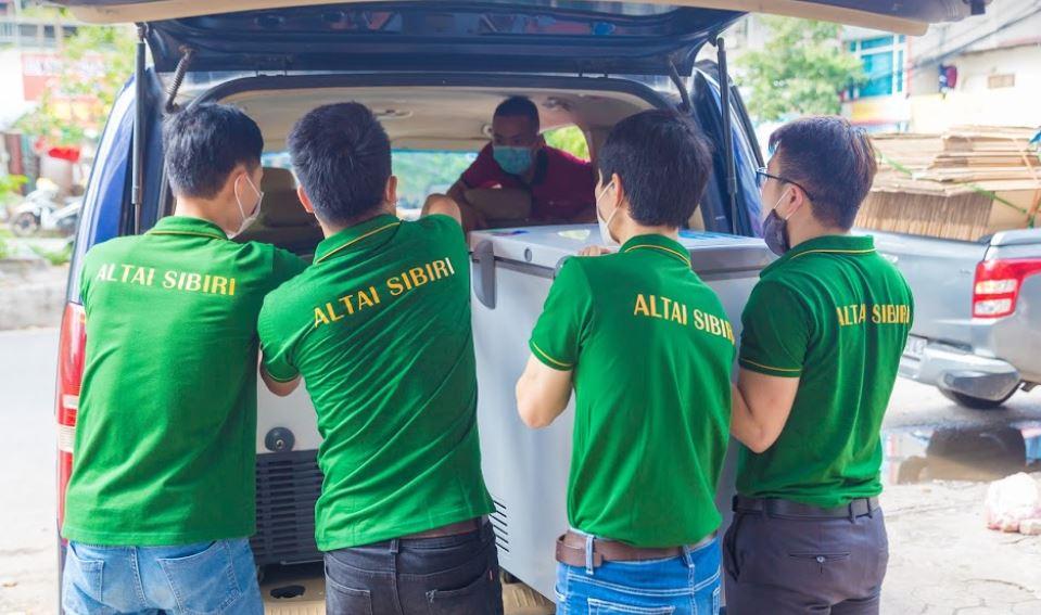 Đội ngũ Altai Sibiri vận chuyển cháo nhung hươu tươi đến Bắc Giang cho các y, bác sĩ.
