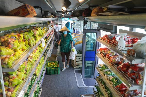 """Người dân mua hàng từ """"siêu thị bus di động""""."""