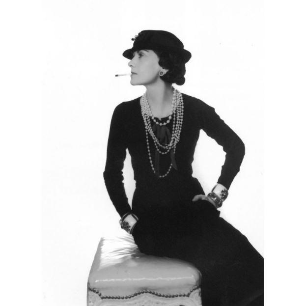"""""""Một người phụ nữ nên có mùi hương đàn bà. Chứ đừng ngửi như một bó hoa hồng"""". - Coco Chanel"""