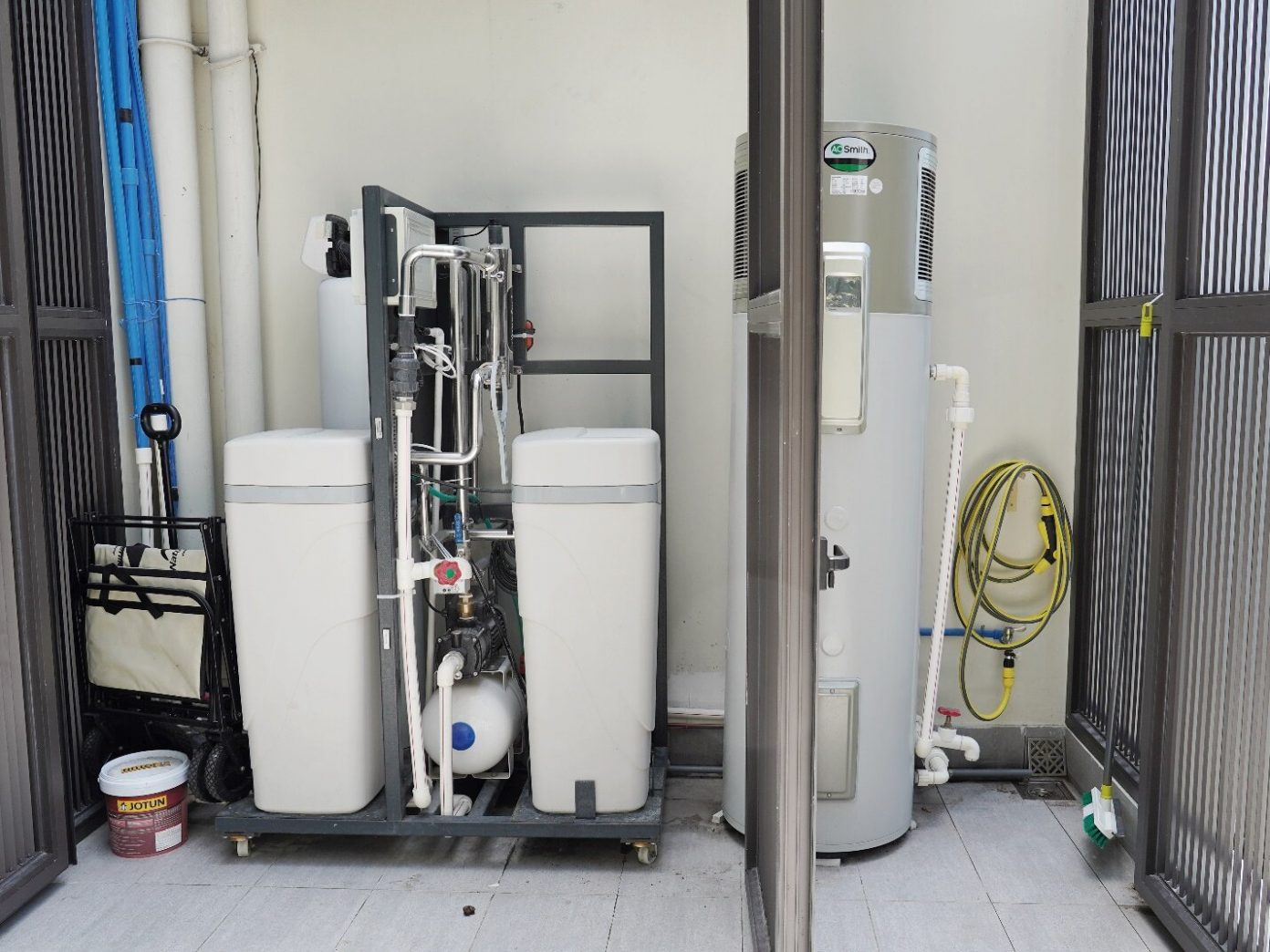Hệ thống máy lọc nước đầu nguồn và máy nước nóng A .O. Smith được đặt gọn gàng ở ban công.