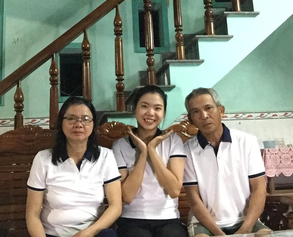 Hình ảnh các thành viên gia đình mặc những bộ quần áo của thương hiệu thời trang YODY.