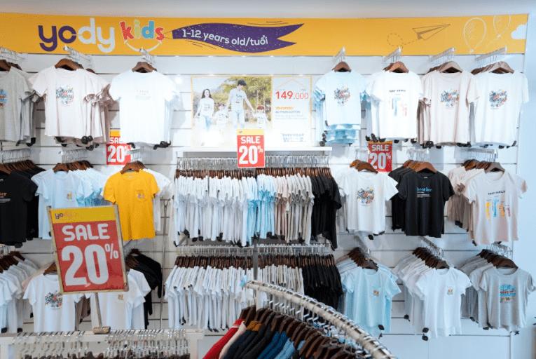 Khu trưng bày thời trang trẻ em với mức giá hợp lý trong các cửa hàng YODY.