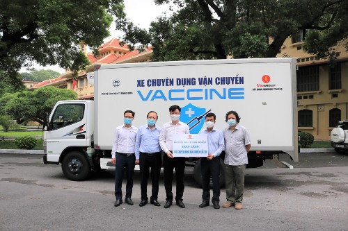 Đại diện Quỹ Thiện Tâm trao 3 xe chuyên dụng vận chuyển vắc xin cho Viện Vệ sinh dịch tễ Trung ương (Bộ Y tế).