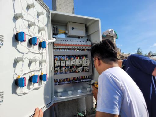 Tủ điều khiển được đấu nối với công tắc của các thiết bị. Nếu trong ao có nhiều oxy quá, hệ thống sẽ tự tắt bớt quạt đi giúp tiết kiệm năng lượng.