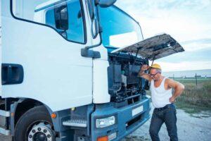 homem mexendo em caminhão