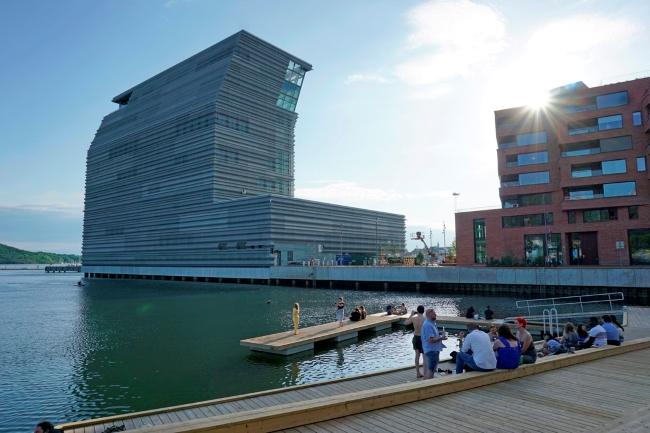 People enjoying Oslo's port district Bjørvika in the sun