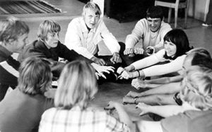 Tukiliiton ensimmäinen taideleiri 1975 keräsi osallistujia eri puolilta maata. Teemoja olivat muun muassa nukketeatteri ja musiikki. Oikealla vetäjä Eeva-Kaisa Mäkinen.