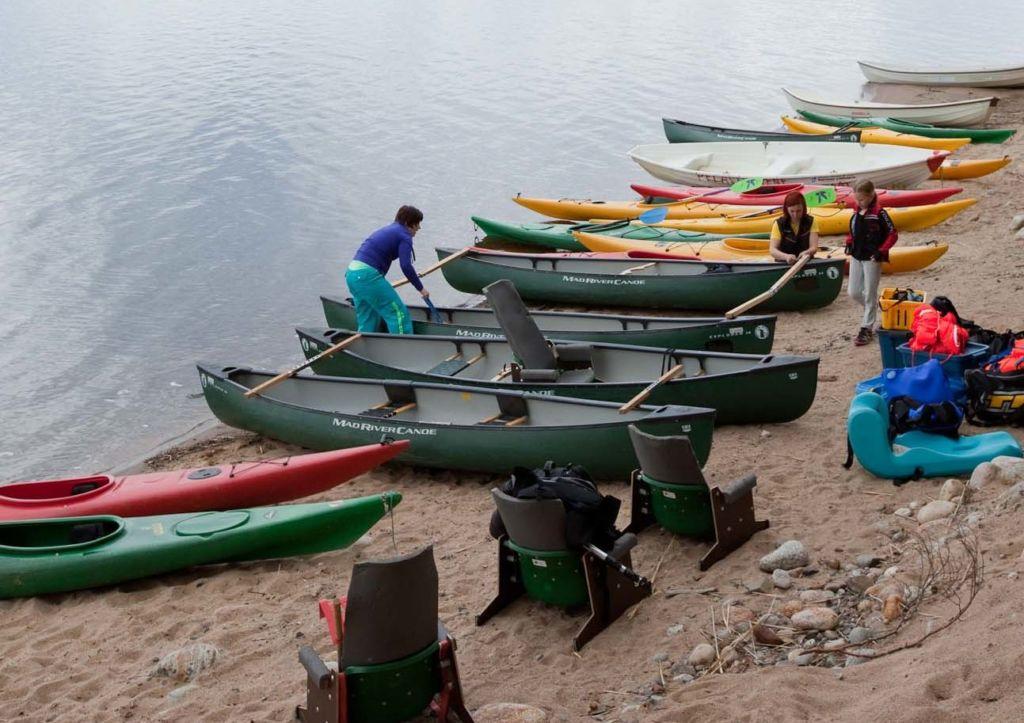 Kajakit ja kanootit valmiina.