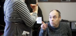 Henry Sinivuo ja päivätoiminnan ohjaaja Outi Lappalainen, kuvaaja Suvi Elo.