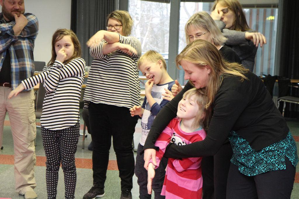 Yhteinen leikki innostaa. Kuvassa vasemmalta Pasi, Siiri, Aija ja Ilmari Nisula, Auli Starck ja Emilia Mehtonen. Kuvaaja Sanna Salmela