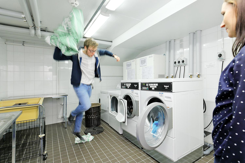 Rudi Väliaho pesee pyykkiä, Milla Vistiaho auttaa tarvittaessa.