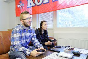 Jani Leinonen ja Milla Vistiaho pelaavat yhdessä.