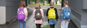 Auta ja näy! -heijastinkampanja tytöt reput selässä