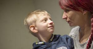 Wolf-Hirshornin oireyhtymää sairastava Topias äitinsä Milja Sivenin kanssa.