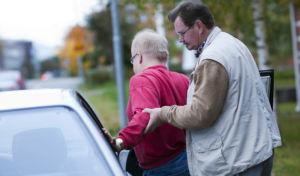 kuvituskuva liikkumisen tuki, auto ja henkilökohtainen avustaja