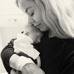 Äiti ja poika. Linus Suikkonen syntyi kuolleena 2.10.2015.