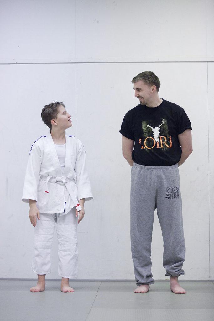 Miiro Janhonen käy Nääshallissa judo-harjoituksissa. Henkilökohtaisena avustajana toimii Lauri Pelander.