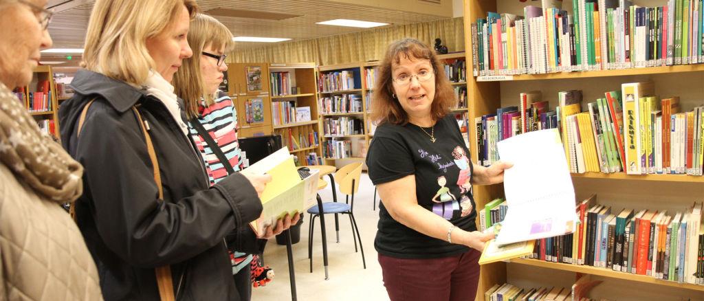 Lappeenrannassa teemaviikolla käytiin myös kirjastossa. Palveluohjaaja Päivi Oikkonen esittelee selkokirjoja.