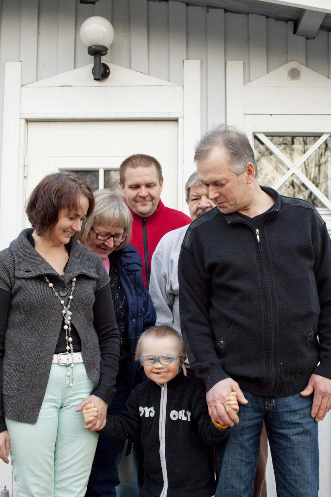 Luja lähiverkko Tiituksen ympärillä vasemmalta oikealle: Susanna Taivalmäki, Tuula Säily, Tapio Säily, Heimo Säily ja Asko Taivalmäki. Kuva: Laura Vesa