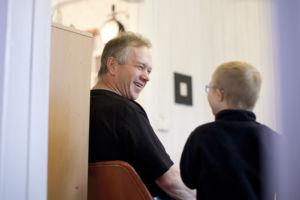 Tiitus Taivalmäki, Tiituksen isä Asko Taivalmäki. Kuvattu 3.12.2015 Ikaalisissa. Kuva: Laura Vesa