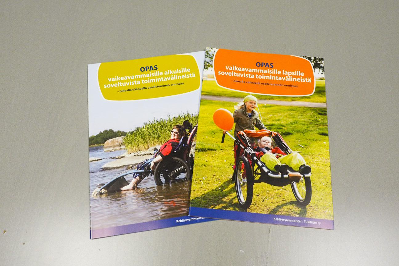 Kuvassa Malikkeen julkaisemat toimintavälineoppaat lapsille ja aikuisille.