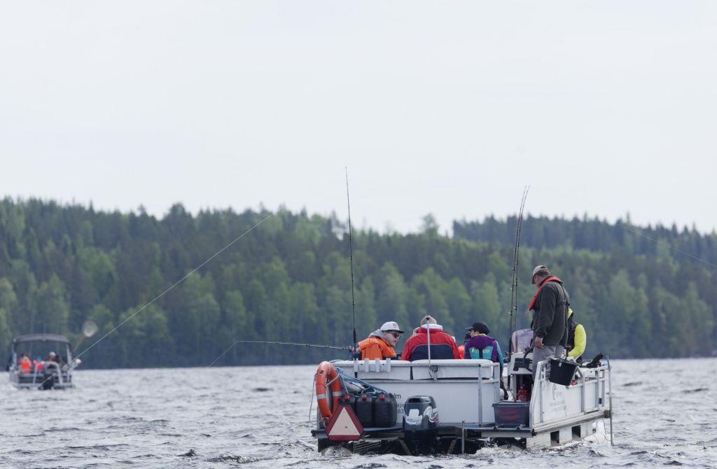 Kuvassa Kalajuttuja-kurssin osallistujat istuvat kalastusaluksessa.