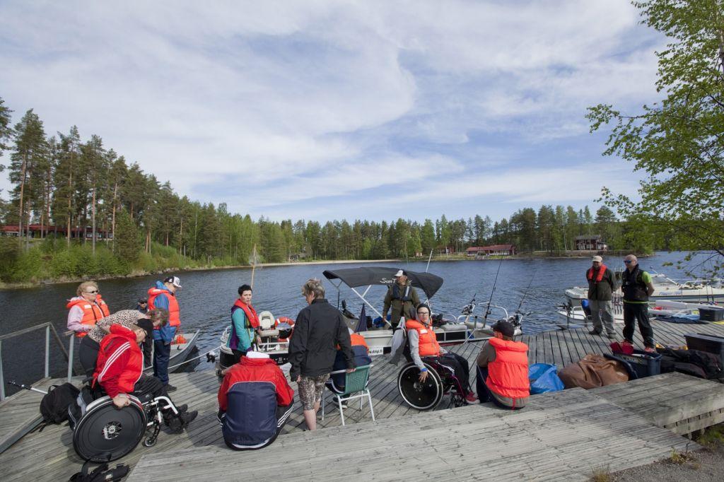 Kalajuttuja-kurssin osallistujat odottelevat laiturilla kalastusaluksiin siirtymistä.