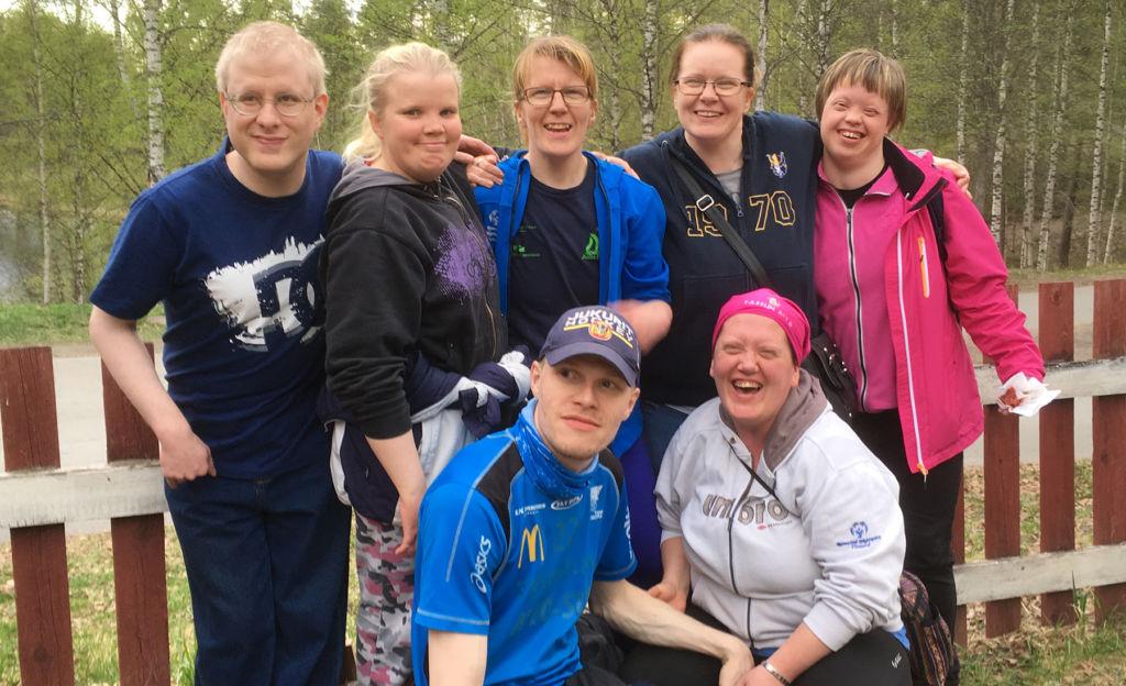 Kansainvälisestikin menestyneet huilasivat hetken tukiyhdistyksen Grilli-illassa Mikkelin Hiihtomäen lavalla toukokuussa 2017.