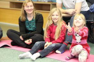 Auli Starck MAHTI-kurssilla Ikaalisissa tyttäriensä Emilian ja Juulian kanssa