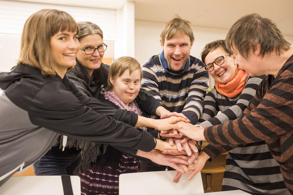 Essi Eskelinen (vas.), Jaana Alamäki, Päivi Mutikainen, Sami Laine, Tarja Rotola-Pukkila ja Ritva Vihanto löysivät yhteisen sävelen.