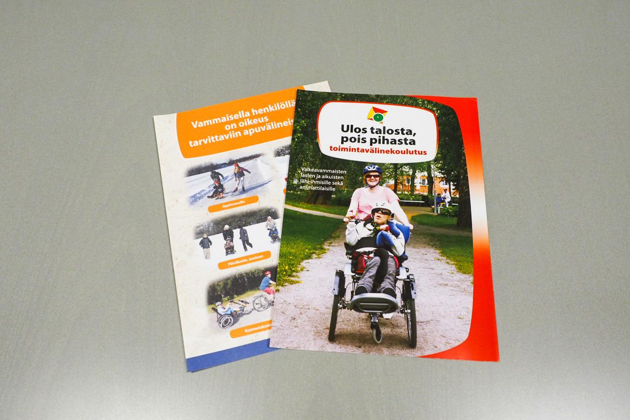 Kuvassa Malikkeen julkaisemat esitteet Ulos talosta - pois pihasta, sekä Vammaisella henkilöllä on oikeus tarvittaviin apuvälineisiin.