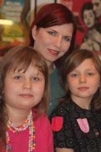 Aino, äiti Anni ja sisko Aili.