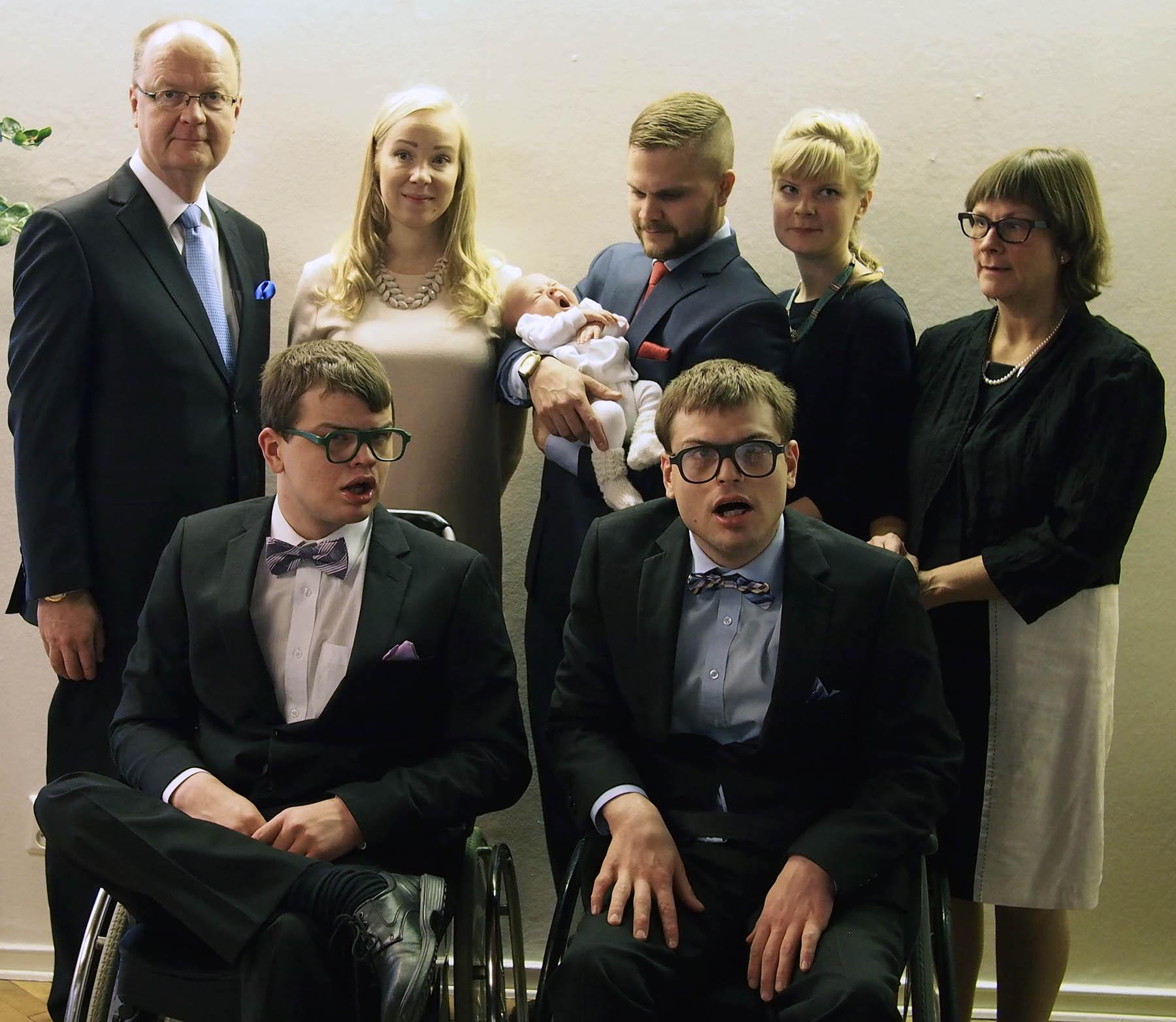 Perhepotretti kuvattiin ensimmäisen lapsenlapsen, Liljan, ristiäisissä helmikuussa 2015. Kuvassa edessä Robin (vas.) ja Markus, takana Jyrki (vas.), Rasmuksen puoliso Sara, Rasmus ja Lilja, Martina ja Marianne.