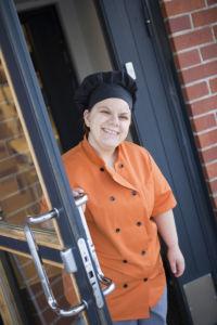 Tanja Korhonen palasi töihin oman koulunsa keittiöön.