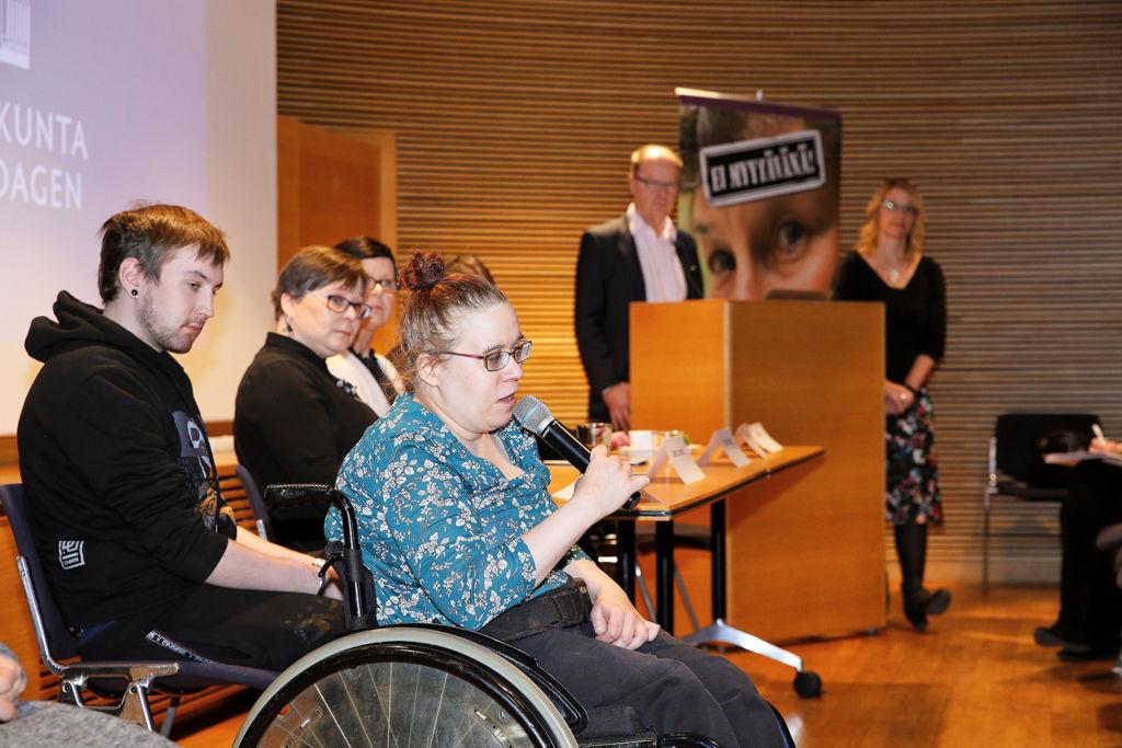 Auli Leiniö (etualalla) on itse kokenut henkilökohtaisen avun kilpailutuksen tuottamat ongelmat. Kuva Mikko Käkelä.