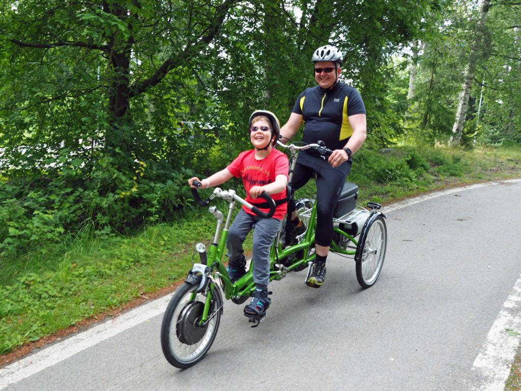 Kolmipyöräisessä erityistandempyörässä lapsi istuu edessä. Kuva: Soile Honkala