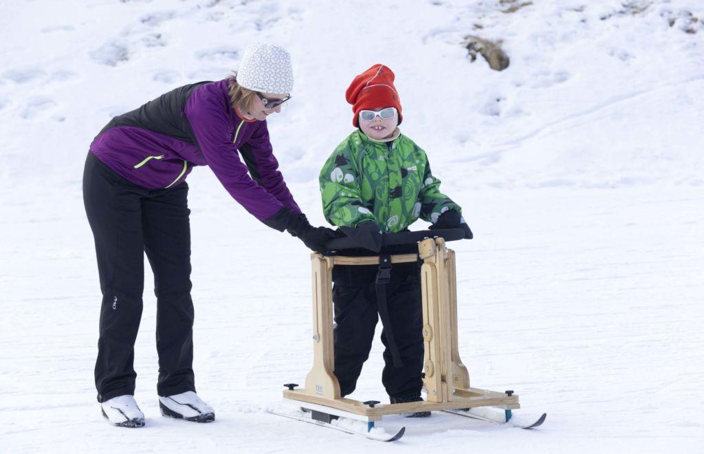 Malikkeen Lumella-perhelomalla Vuokatin urheiluopistolla hiihdettiin toimintavälineiden avulla. Kuva: Janne Ruotsalainen.